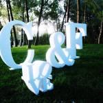 Love e iniciales en letras de corcho en el césped